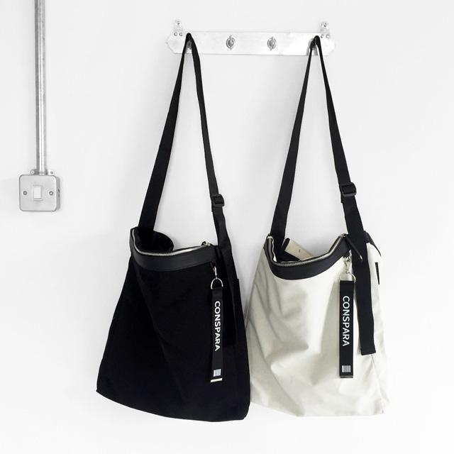[컨스파라]CONSPARA ZIPPER POCKET CROSS BAG + 키링스트랩 증정! 숄더겸용 크로스백