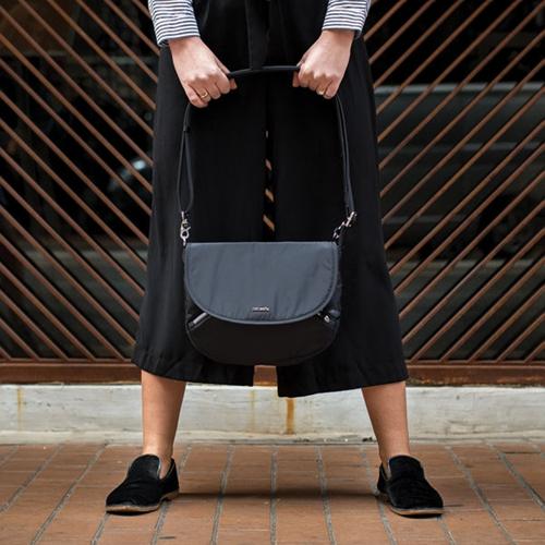 [팩세이프]PACSAFE - Stylesafe crossbody Black (도난방지 여행용 여성 크로스백)