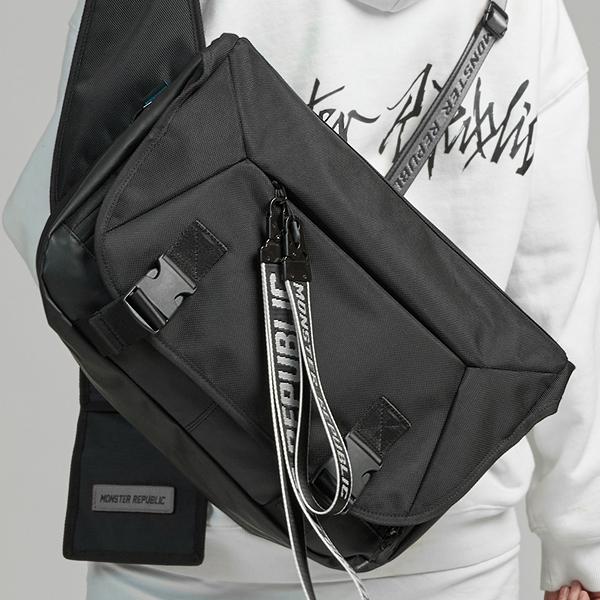 [몬스터 리퍼블릭][사은품 키링 증정/구매후기 지갑증정] SURPASS MESSENGER BAG / BLACK 메신저백