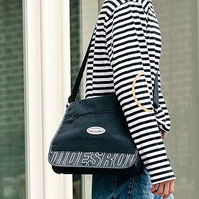 [로아드로아] R RUBBER LABEL COVER MESSENGER BAG (BLACK) 메신저백 메신져