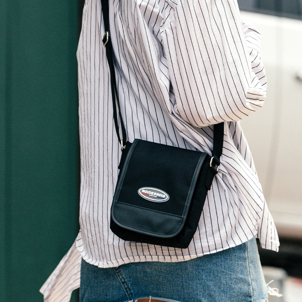 [로아드로아] R RUBBER LABEL MINI CROSS BAG (BLACK) 미니 크로스백