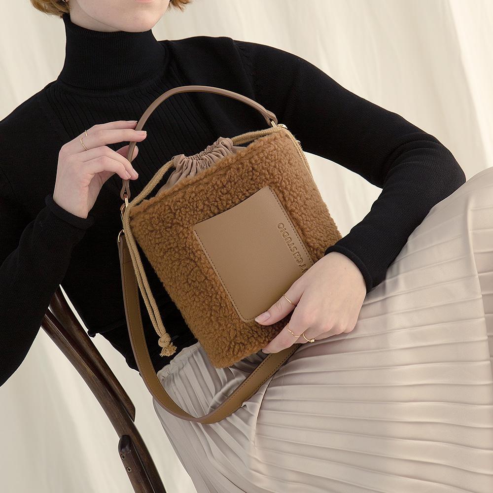 [키치스튜디오] 머그 플리스 백 (BG20026) 뽀글이백 여성가방